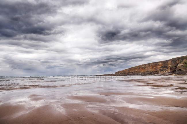 España, Santander, Playa Galizano, playa en un día nublado - foto de stock