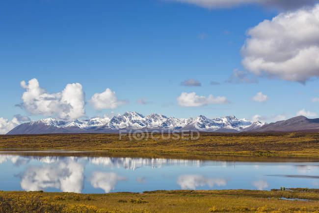 Vue de paysage automnale d'Alaska Range sous bleu ciel nuageux, Alaska, Usa — Photo de stock