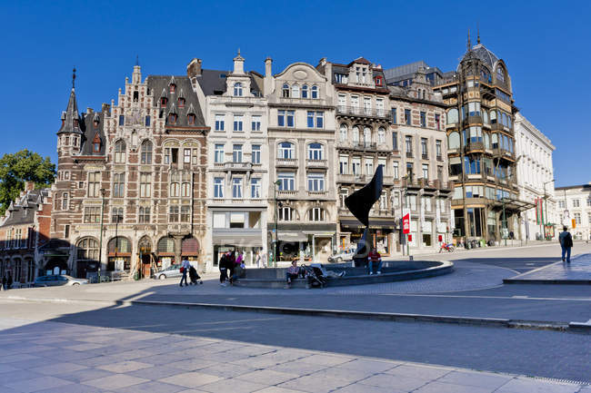 Belgium, Brussels, view to fountain and old buildings at Mont des arts — Stock Photo