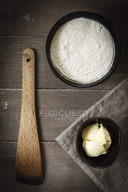 Чаши гречневой муки и масла, повышенных вид — стоковое фото