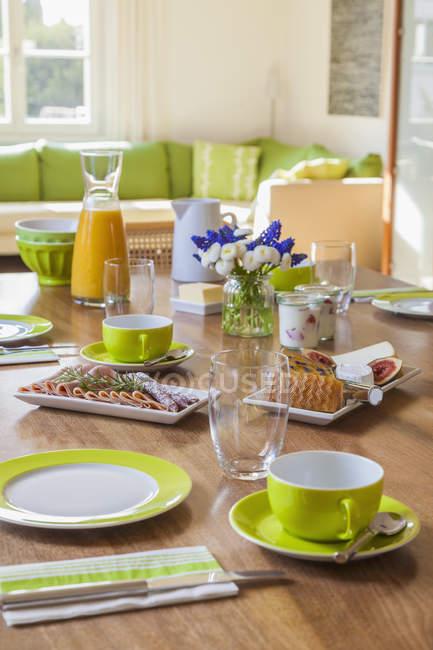 Закладені сніданком в приміщенні проти вікно — стокове фото
