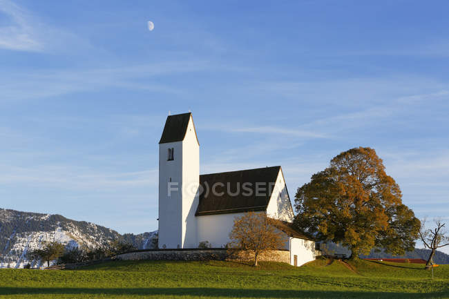 Germany, Bavaria, Chiemgau, St Peter's Church in Steinkirchen over green grass — Stock Photo