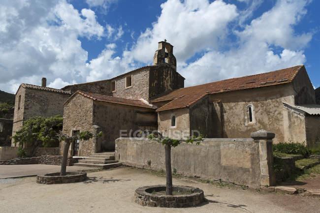 France, Hérault, Lac du Salagou, église et mairie pendant la journée — Photo de stock