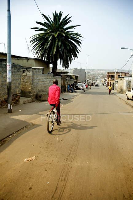Afrique du Sud, Johannesburg, canton Alexandra, homme à cheval sur le vélo — Photo de stock