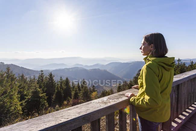 Alemanha, Baden-Wuerttemberg, floresta negra, norte da floresta negra, Schliffkopf, uma mulher que está no ponto de vista — Fotografia de Stock