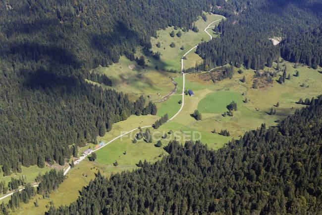 Allemagne, Bavière, Haute Bavière, les Préalpes bavaroises, Isarwinkel, vue depuis Vorderer Kirchstein à la vallée de Laengental — Photo de stock
