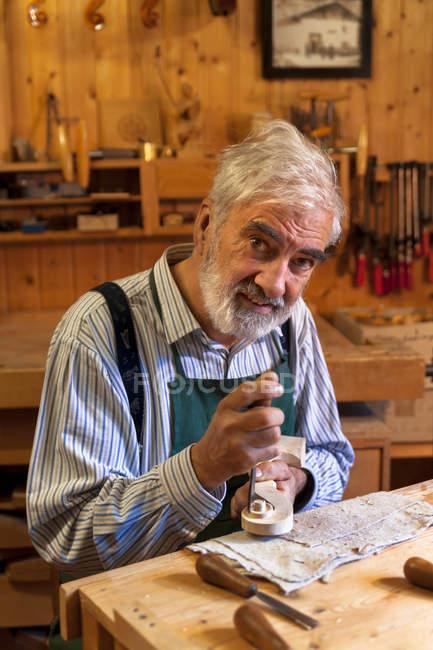 Vista close-up do fabricante de violino caucasiano sênior no trabalho em oficina — Fotografia de Stock