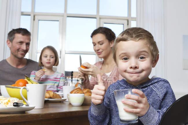 Семья из четырех здорового завтрака — стоковое фото
