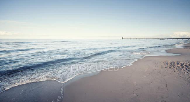 Germania, Meclemburgo-Pomerania occidentale, Usedom, onde sulla spiaggia durante il giorno — Foto stock