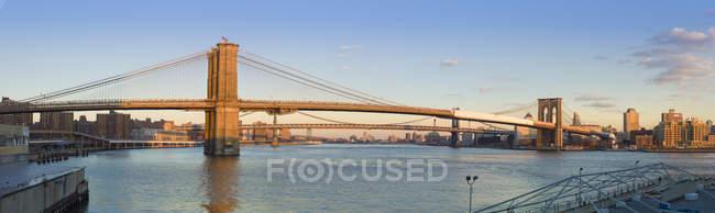 Estados Unidos, Nueva York, Manhattan, vista al Puente de Brooklyn y East River - foto de stock