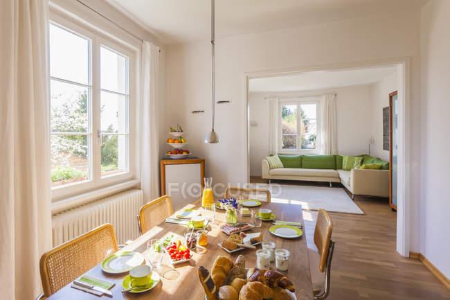 Закладений сніданком в порожній будинок — стокове фото