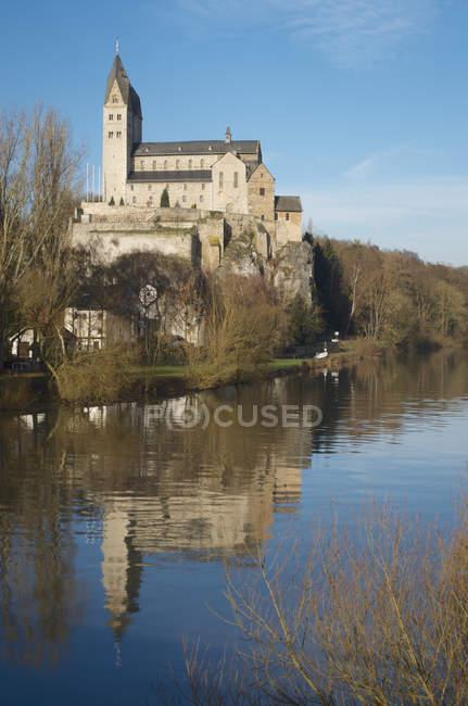 Alemania, Hesse, Limburgo, Dietkrichen, San Lubencio en el río Lahn - foto de stock