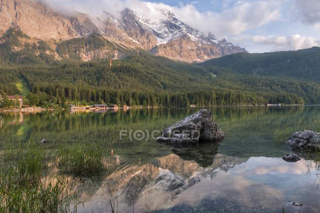 Allemagne, Bavière, Werdenfelser Land, lac Eibsee au coucher du soleil — Photo de stock