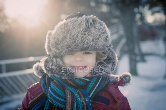 Улыбающийся мальчик на улице зимой, портрет — стоковое фото