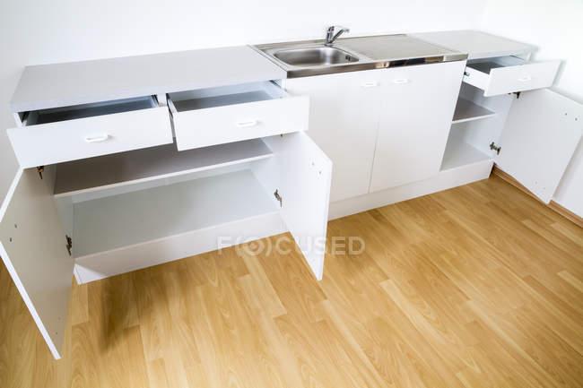 Порожній новий кухонний комбайн з відкритих дверей і ящиків — стокове фото