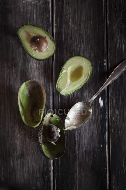 Halbierten und ausgehöhlten avocados — Stockfoto