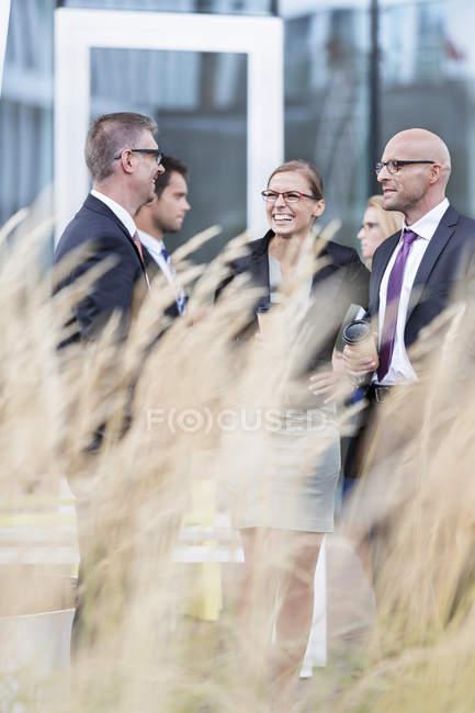 Grupo de empresários, tendo uma pausa no edifício moderno — Fotografia de Stock
