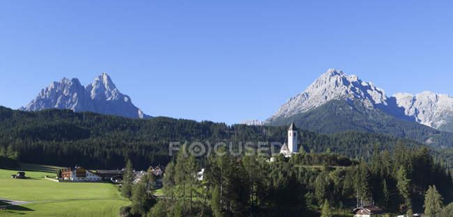 Église paroissiale et Sexten Dolomites, Italie, Tyrol du Sud, Versciaco — Photo de stock