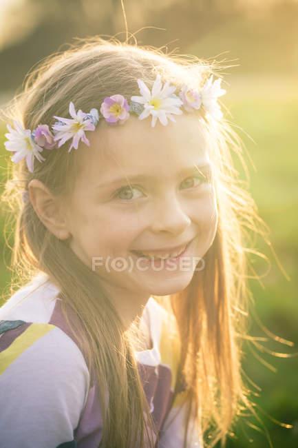 Портрет усміхнений дівчинка носіння квіти — стокове фото