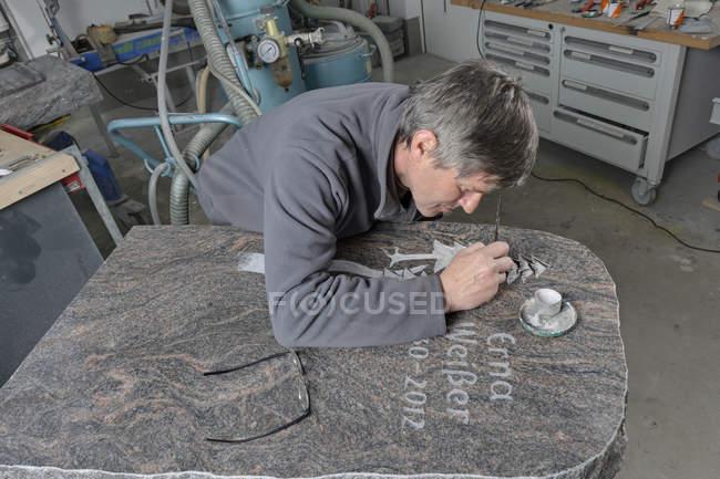 Камінь Мейсон виготовлення могила камінь — стокове фото