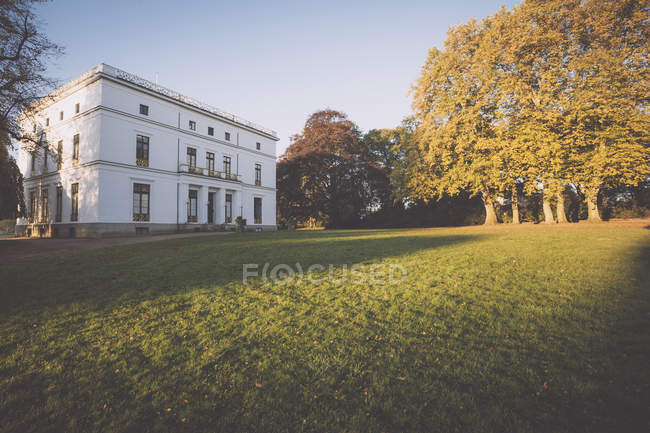 Blick auf Jenisch House mit Bäumen im Herbst Park bei tagsüber, Jenischpark, Hamburg, Germany — Stockfoto