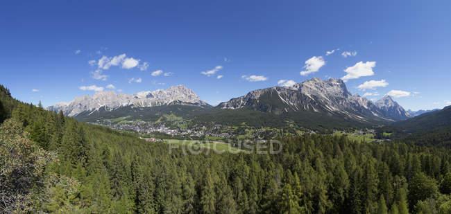 Italie, Vénétie, Groupe Pomagagnon et Cortina d'Ampezzo pendant la journée — Photo de stock