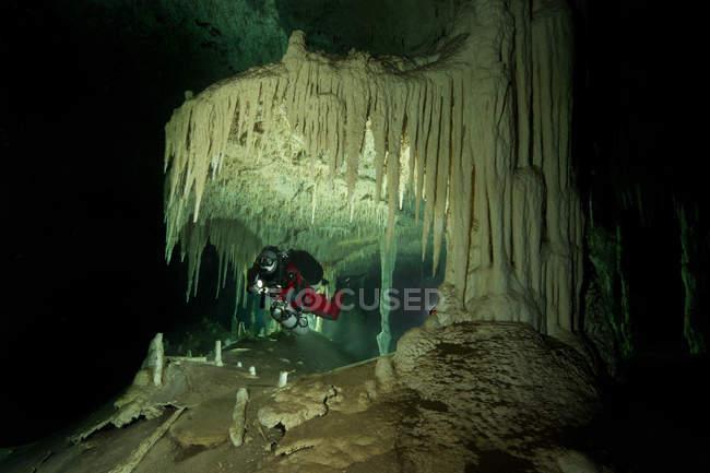 México, Tulum, buceador de cuevas explorando el sistema Nohoch Na Chich - foto de stock
