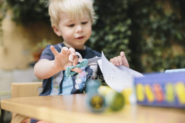 Carta da taglio per bambini con forbici per bambini — Foto stock