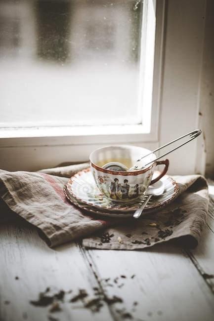 Китайский зеленый чай жасмин, заваренный фарфоровым кубком — стоковое фото