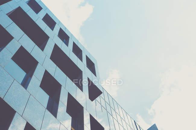 Alemania, Renania del Norte-Westfalia, Duesseldorf, parte de la fachada contra el cielo - foto de stock