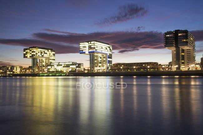 Germany, North Rhine-Westphalia, Cologne, Crane houses at Rheinau harbour at dusk — Stock Photo