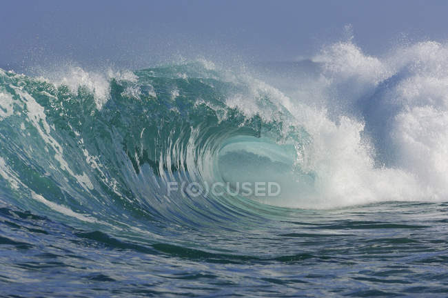 Океан величезні хвилі rip curl в sunshine — стокове фото