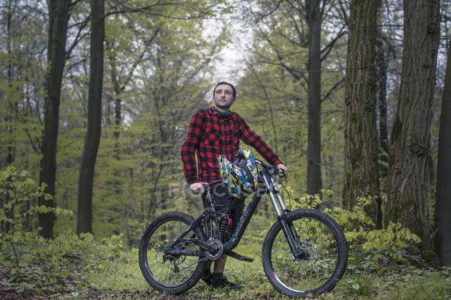 Велосипед Фрирайд в лесу, Молодой человек с moutain велосипед — стоковое фото