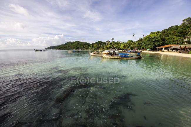 Thaïlande, Koh Phi Phi Don, bateaux sur la plage pittoresque — Photo de stock