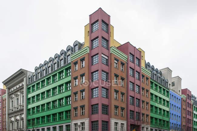 Veduta delle facciate della Quartier Schuetzenstrasse di giorno, Berlino, Germania — Foto stock