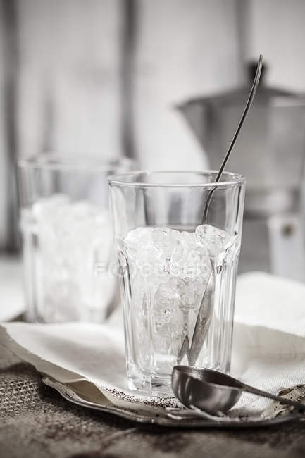 Ice in drinking glass on table — Stock Photo