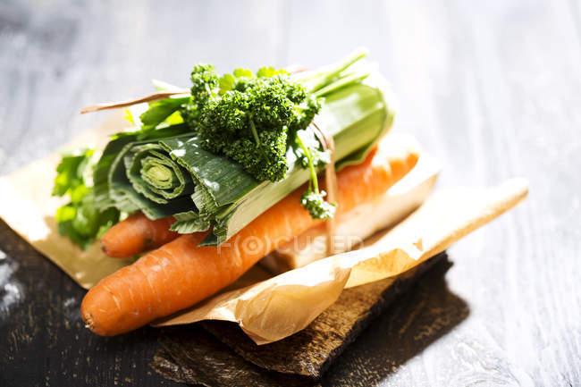 Nahaufnahme der grünen Suppe, Zutaten für die Gemüsebrühe auf Holztisch — Stockfoto