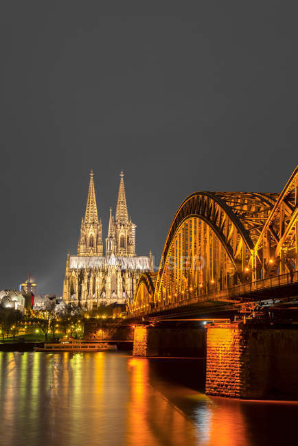 Germania, Nord Reno-Westfalia, Colonia, illuminato cathredral di Colonia e Hohenzollern Bridge di notte — Foto stock