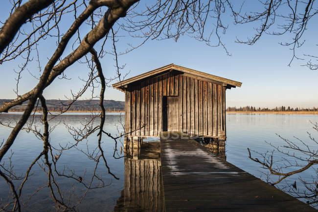 Германия, Бавария, Верхняя Бавария, лодочный сарай на озере Кохель — стоковое фото