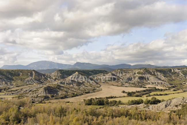 Іспанія, Арагон, у Піренеях, типовий ландшафт з скелястими hils під хмарами — стокове фото
