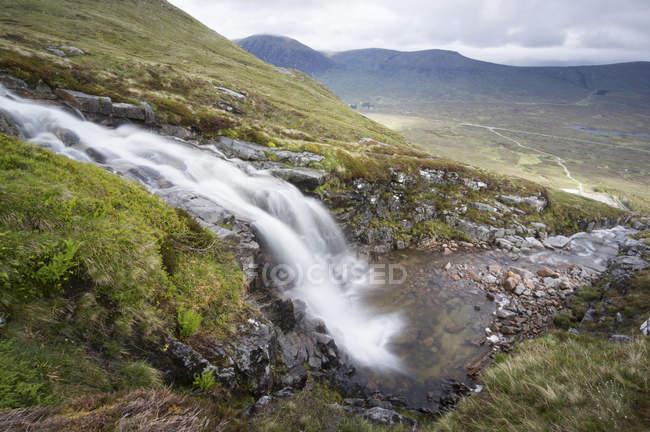UK, Scotland, Glen Coe, waterfall at ski resort — Stock Photo