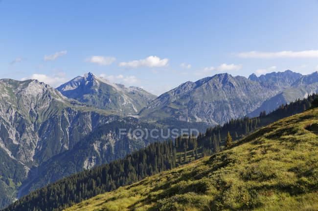 Австрії, Форарльберг, перегляд Lechquellengebirge Schafberg й Клостерталь полонину і пагорбів на тлі — стокове фото