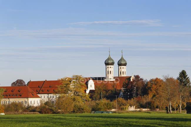 Германия, Бавария, Вид на монастырь Бенедиктбойрен — стоковое фото