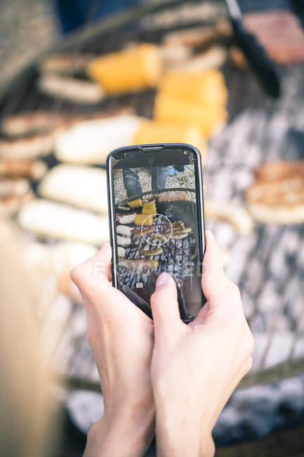 Fotografare barbecue con smartphone — Foto stock