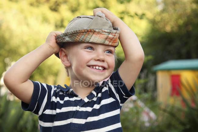 Retrato de menino sorridente com chapéu de sol — Fotografia de Stock