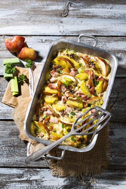 Копченые свиные котлеты запеканка с картофель, яблоки, лук-порей и жареные грецкие орехи — стоковое фото