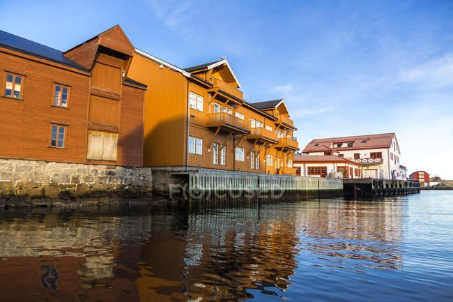 Skandinavien, Norwegen, lofoten, austvagoy, Häuser, Abendlicht in kabelvag — Stockfoto