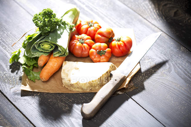 Gros plan de soupe aux légumes verts, ingrédients pour le bouillon de légumes sur la table en bois — Photo de stock