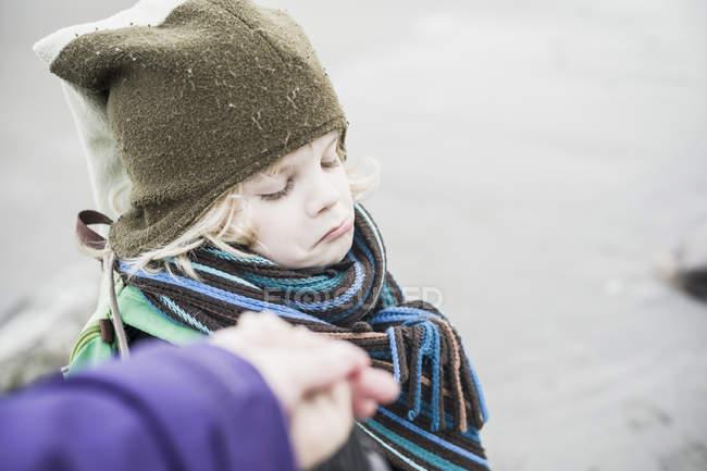 Porträt eines kleinen Jungen schmollenden Mund — Stockfoto