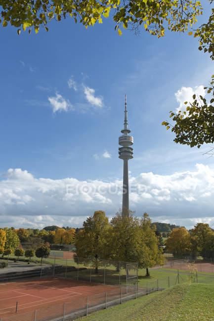Deutschland, Bayern, München, Blick auf Olympiapark mit Olympiaturm — Stockfoto